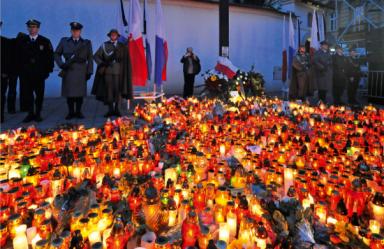 Żałoba przed Krzyżem Katyńskim w Krakowie. Fot.: Hołd Katyński/Biały Kruk