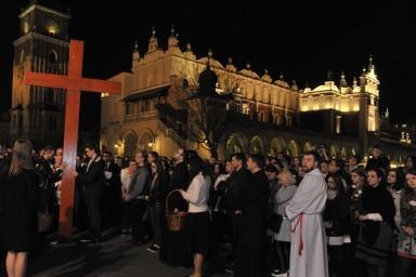 Na Drogę Krzyżową z abpem Markiem Jędraszewskim przybyły tłumy młodzieży, które wypełniły Rynek Główny w Krakowie. Wg