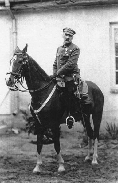 Marszałek Piłsudski naswoim ulubionym koniu – Kasztance. Fotografia wykonana wSulejówku w1924r.