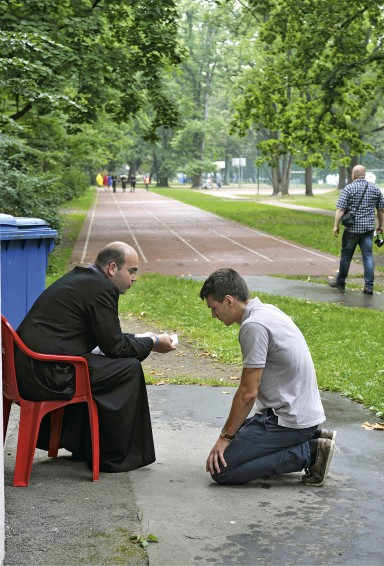 Na czas Światowych Dni Młodzieży przygotowano wKrakowie trzy Strefy Pojednania, wktórych można było przystąpić do sakramentu spowiedzi – wtzw. Dolinie Miłosierdzia wpobliżu Sanktuarium Bożego Miłosierdzia wŁagiewnikach (50 konfesjonałów), wParku Jordana wpobliżu Błoń (50 konfesjonałów) oraz wbazylice Mariackiej, gdzie wkażdym zsześciu konfesjonałów kapłan spowiadał winnym języku.
