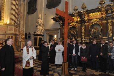 Abp Marek Jędraszewski na początku Drogi Krzyżowej w kościele św. Anny w Krakowie. Fot. Adam Bujak/Biały Kruk