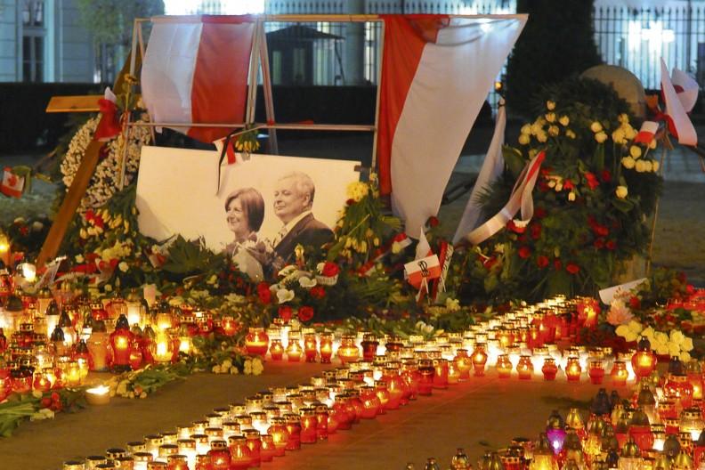 Krzyż ze zniczy i portret Pary Prezydenckiej przed Pałacem Prezydenckim na Krakowskim Przedmieściu w Warszawie. Żałoba narodu po tragedii 10 kwietnia 2010 r. Fot.: Hołd Katyński/Biały Kruk
