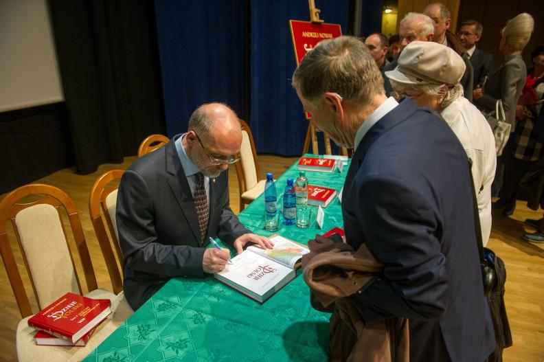 Prof. Andrzej Nowak podpisuje swoją najnowszą książkę, tom trzeci
