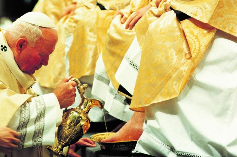 Św. Jan Paweł II podczas Wielkoczwartkowego obrzędu obmycia stóp. Fot.: Arturo Mari