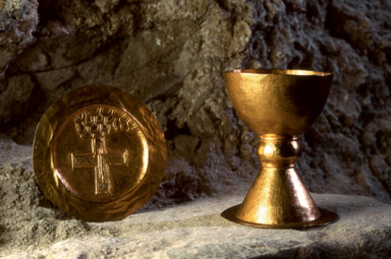Paramenty liturgiczne wykonane ponad tysiąc lat temu, znalezione w grobie opackim w Tyńcu pod Krakowem. Fot. A. Bujak