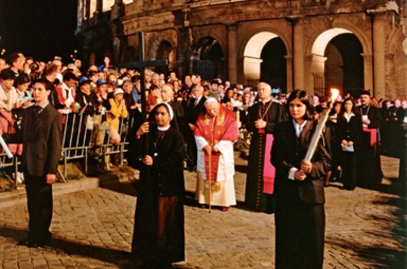 Droga Krzyżowa w Coloseum odprawiana przez św. Jana Pawła II podczas Triduum Paschalnego.  Fot. A. Bujak