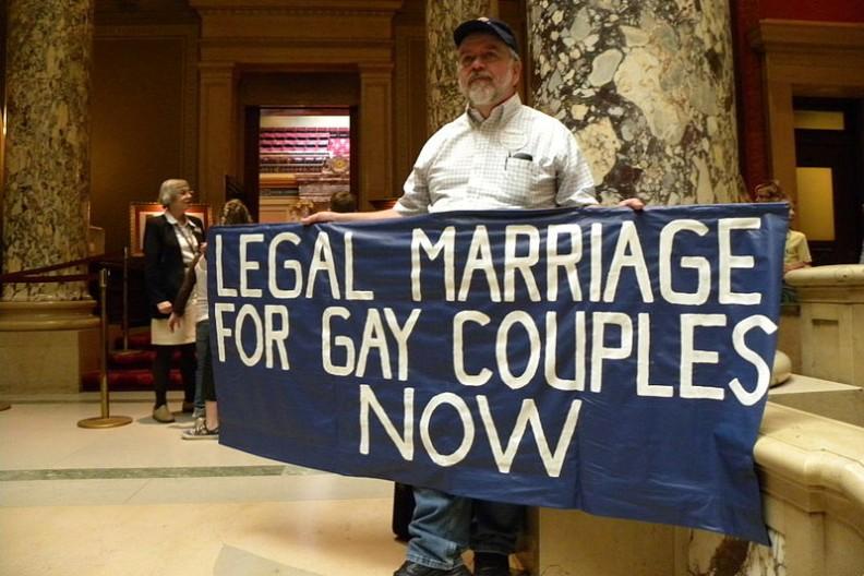 Mężczyzna z transparentem żąda legalizacji małżeństw dla par gejowskich. Fot.: Fibonacci Blue/ Wikimedia Commons