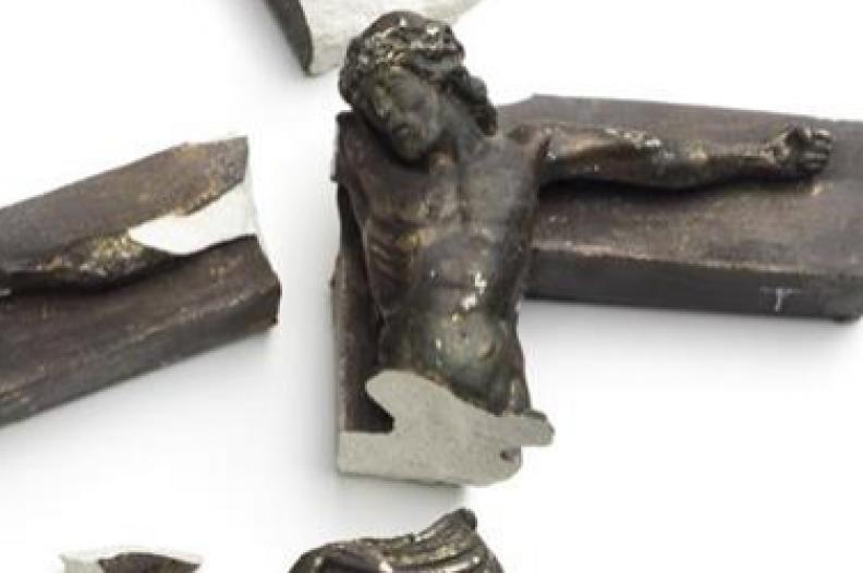 Krzyż, który nosił pobity przez muzułmanów 30-letni prawosławny chrześcijanin. Fot.: sheikyermami