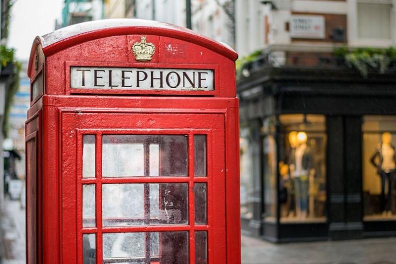 Wkrótce charakterystyczne czerwone budki telefoniczne będą znane tylko ze zdjęć i starych filmów. W ciągu trzech lat londyński symbol ma odejść do lamusa.  Fot.: 0x010C/Wikimedia Commons