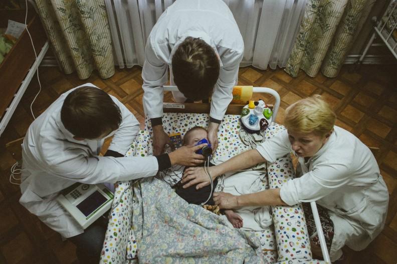 Dziecko w mińskim sierocińcu podczas badania oddechu. Fot.:  Alexander Vasyukovich Imena