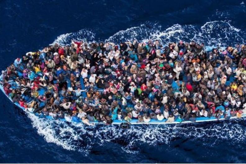 Imigranci na łodzi starają się przepłynąć przez Morze Śródziemne do Włoch. Fot.: katholisches.info