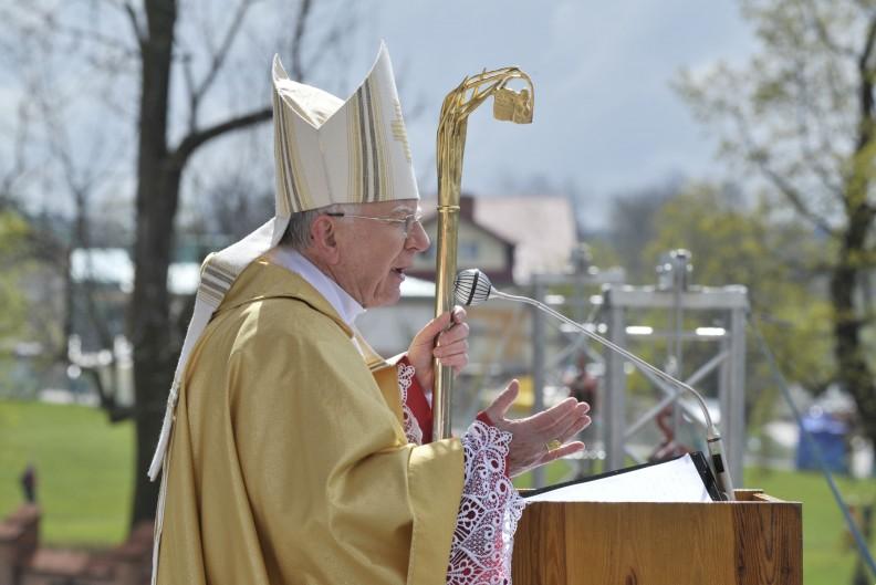 Abp Marek Jędraszewski wygłasza homilię podczas Mszy św. z okazji Niedzieli Bożego Miłosierdzia. Fot.: Adam Bujak/Biały Kruk