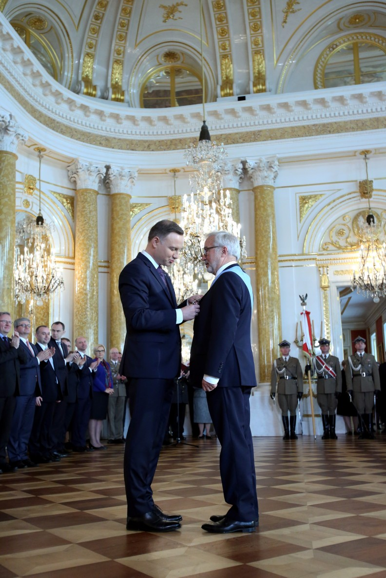 Adam Bujak otrzymuje Order Orła Białego z rąk Prezydenta Andrzeja Dudy.