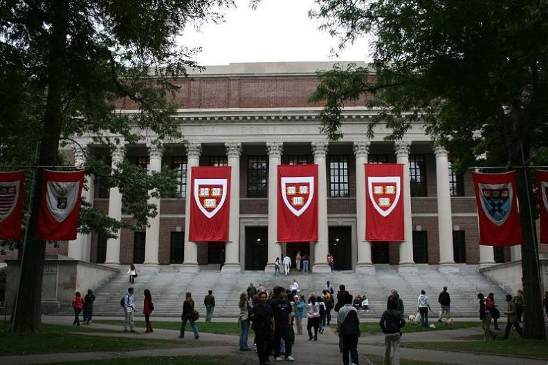 Harvard jest jedną z najbardziej prestiżowych uczelni na świecie, powstała w 1636 roku.   Fot. Joseph Williams/Wilimedia Commons
