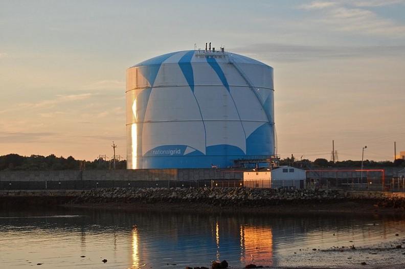 Zbiornik do przechowywania gazu ziemnego w Massachusetts.  Fot.: Fletcher6/ Wikimedia Commons