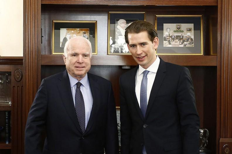 Amerykański senator John McCain i austriacki minister spraw zagranicznych Sebastian Kurz podczas spotkaniu w biurze McCaina. W tle widać zdjęcie św. Jana Pawła II. Fot.: Bundesministerium für Europa, Integration und Äußeres