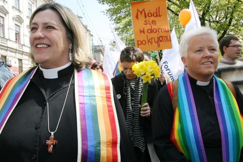 Głównym celem ataków środowiska LGBT jest Kościół katolicki, który opierając się na słowach Biblii nie ugina się pod dyktatem ideologii gender. Fot. z książki