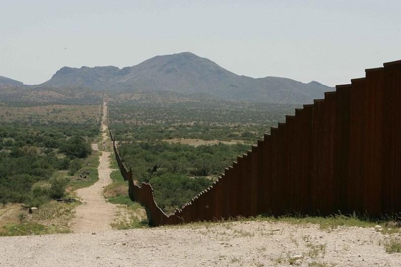 Mur graniczny między Stanami Zjednoczonymi a Meksykiem. Fot.: Hillebrand Steve, U.S. Fish and Wildlife Service/ Wikimedia Commons