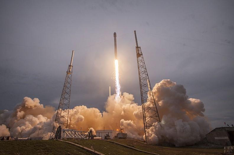 Sonda Falcon firmy SpaceX wystrzelona w powietrze 27 kwietnia 2017 roku.  Fot.: SpaceX/Wikimedia Commons