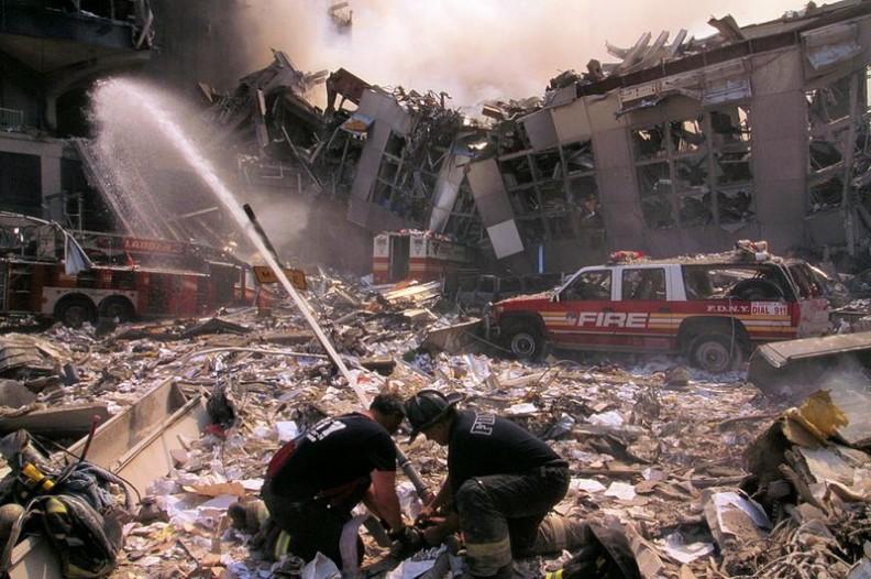 Terroryści nie bacząc na nic pragną osiągnąć cel - zamordować jak najwięcej ofiar. Niestety pańtwa wciąż nie potrafią poradzić sobie z tym zagrożeniem. Największy atak terrorystyczny miał miejsce 11 września 2001 roku.   Fot.: Mike Goad/ Wikimedia Commons