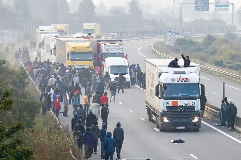 Uchodźcy atakują kierowców w Calais. Przybysze ze wschodu nie potrafią i nie chcą przyjąć cywilizacji europejskiej.  / WPIS