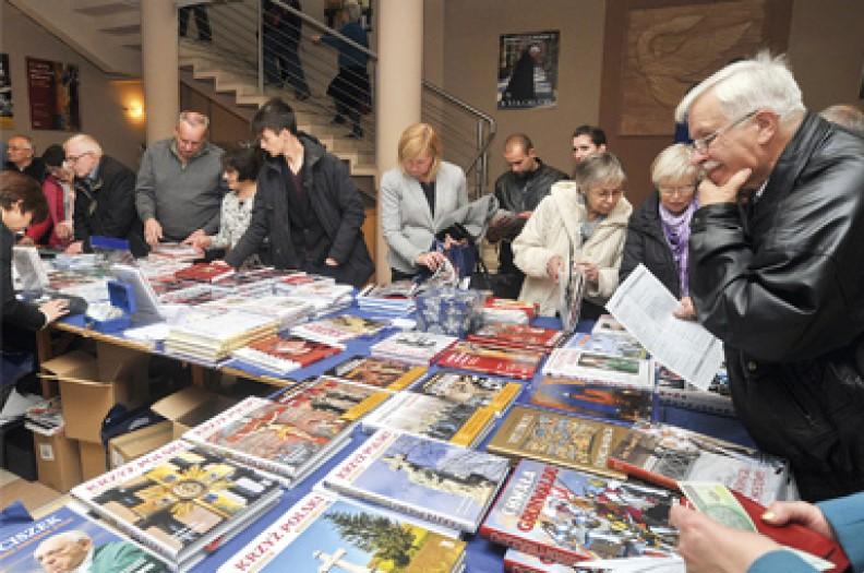 Kiermasz książek Białego Kruka w auli św. Jana Pawła II w Łagiewnikach. Z powodu masowej likwidacji księgarń wydawcy sami muszą szukać sposobu na dotarcie do czytelników.   Fot. Michał Klag