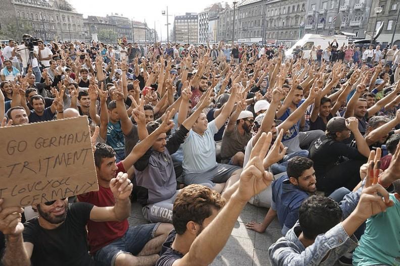 Strajk imigrantów pod Budapesztem. Jak widać wśród przybyłych znajdują się wyłącznie mężczyźni w sile wieku. Fot.: Mstyslav Chernov/ Wikimedia Commons