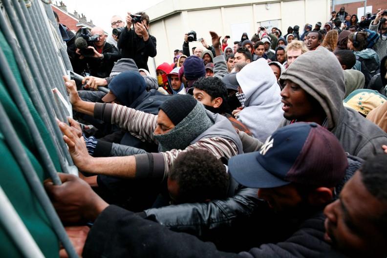 Niekiedy imigranci niezadowoleni z warunków, w jakich przebywają w tymczasowych obozach, okazują zniecierpliwienie, wywołując zamieszki i demonstracje. Fot. archiwum Białego Kruka