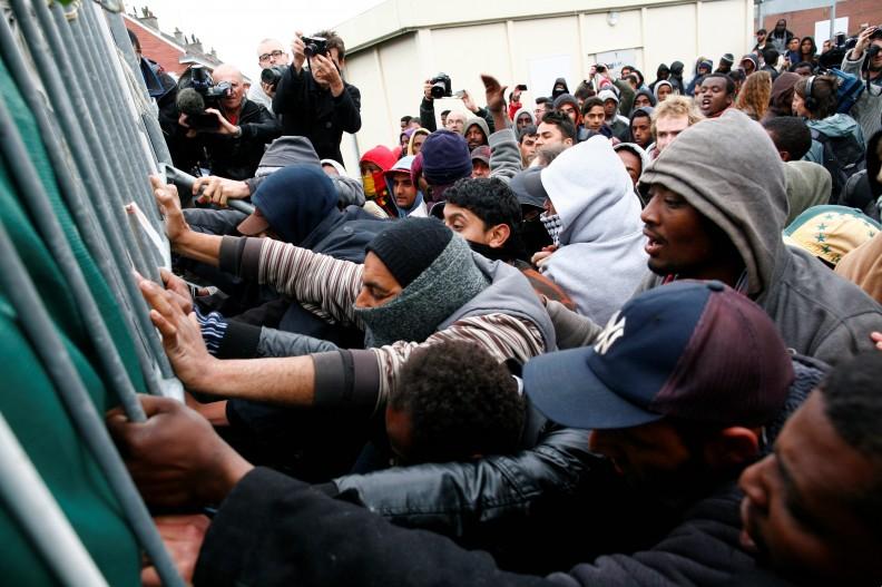 Imigranci muzułmańscy starający się sforsować granicę. Fot. z książki