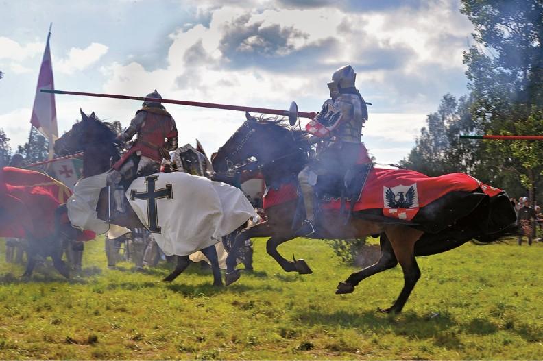Współczesna inscenizacja bitwy pod Grunwaldem; na czapraku rycerza na pierwszym planie widoczny herb Zawiszy Czarnego – Sulima. Fot. Adam Bujak.