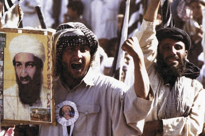 Pakistańczycy z portretem Osamy bin Ladena, demonstrują poparcie dla rządów milicji talibańskiej. 2 października 2001 r.  Fot.: archiwum Białego Kruka