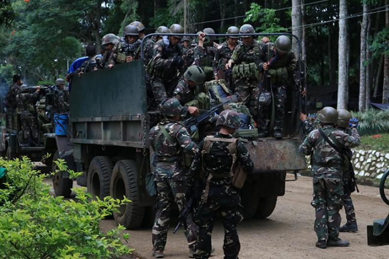 Żołnierze broniący Marawi przed islamskimi bojówkarzami. Fot.: Philippines Information Agency/Wikimedia Commons