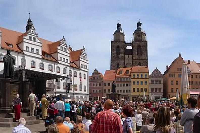 Widok na rynek w Wittenberdze, gdzie Marcin Luter ogłosił swoje 95 tez.  Fot.: M_H.DE/ Wikimedia Commons