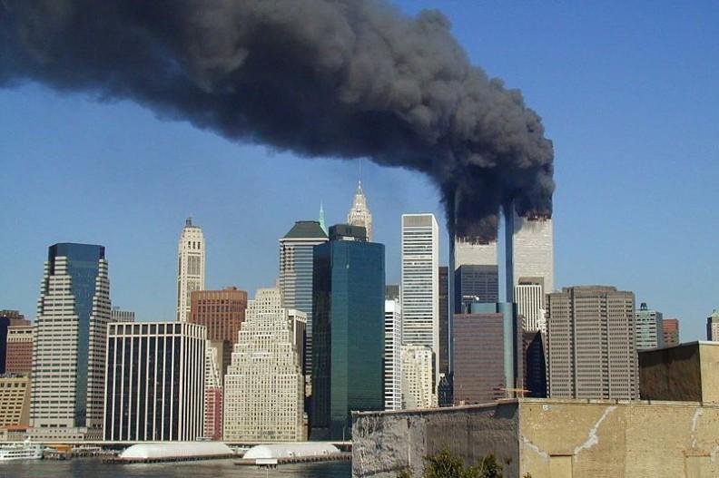 Wieże World Trade Center w Nowym Jorku zaraz po uderzeniu samolotu 11 września 2001 roku.   Fot.: Michael Foran/Michael Foran/Wikimedia Commons