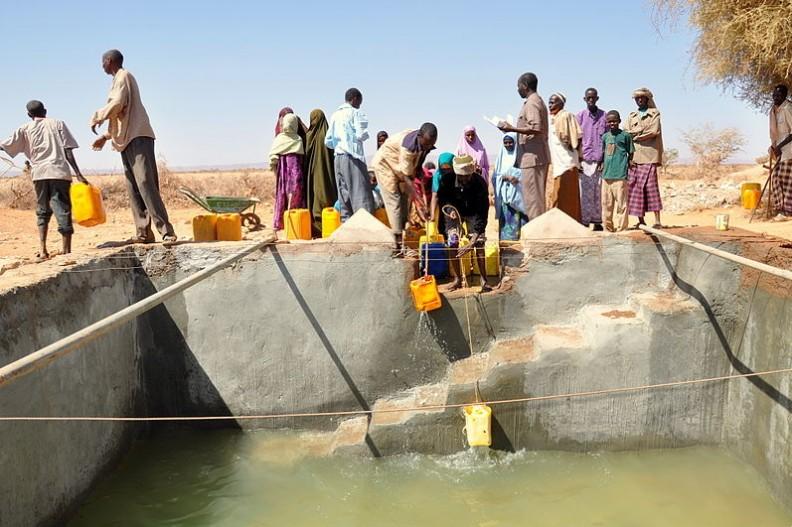 Częstą przyczyną ślepoty w krajach rozwijających się jest brak dostępu do czystej wody i brak higieny twarzy.  Fot.: Oxfam East Africa/Attribution 2.0 Generic/Wikimedia Commons