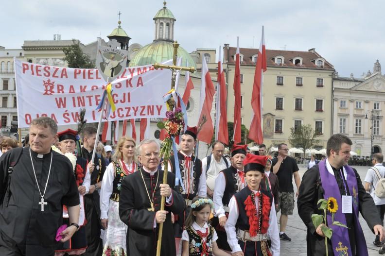 Przez pierwszy odcinek drogi krzyż na czele pielgrzymki niósł sam abp Marek Jędraszewski.   Fot.: A.Bujak