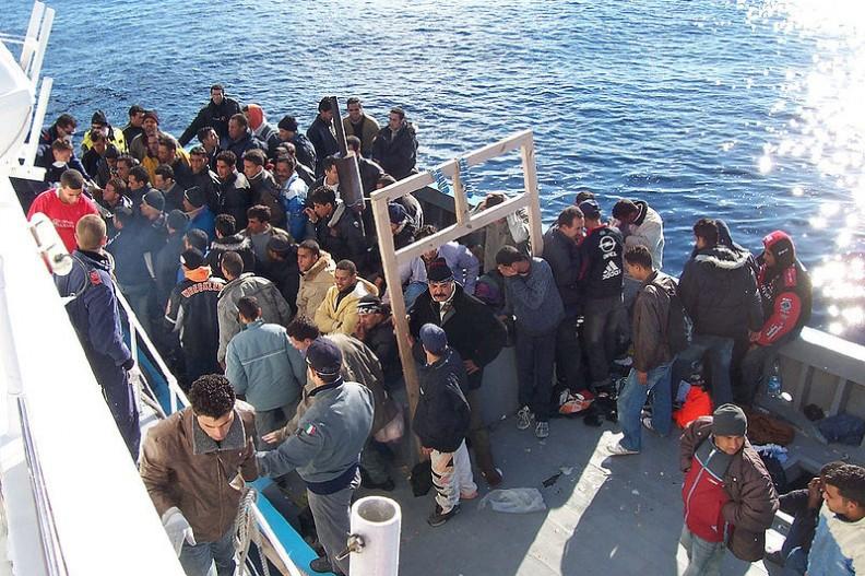 Imigranci korzystają z ofert śródziemnomorskich przemmytników, by za wszelką cenę przedostać się do Europy.    Fot.: Vito Manzari/2.0/Wikimedia Commons