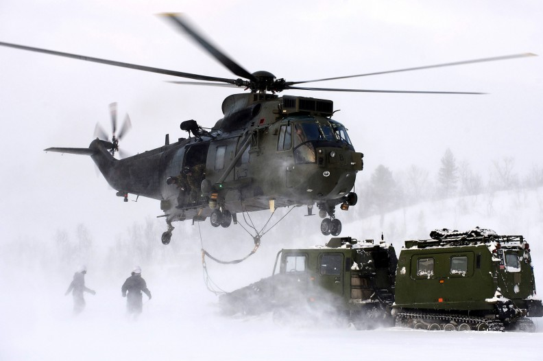 Brytyjska marynarka helikopterem Sea King Mk4 przeprowadza ćwiczenia w Arktyce. Fot.: POA(Phot) Merrill/MOD