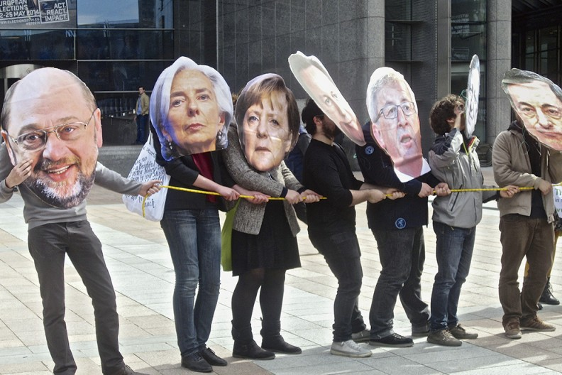 Demonstranci w maskach przywódców europejskich przed budynkiem Parlamentu Europejskiego. Fot. z książki
