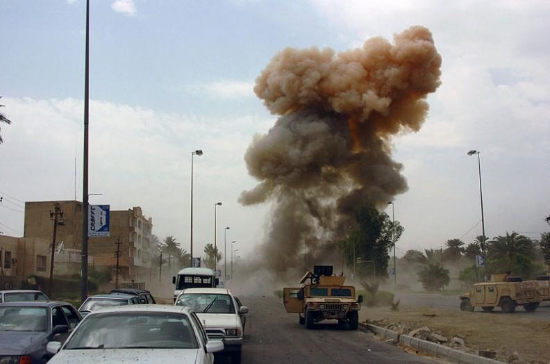 Wybuch samochodu pułapki w Iraku. Terroryści częsty posługują się samochodami do przeprowadzenia zamachu.   Fot.:SPC Ronald Shaw Jr., U.S. Army/Wikimedia Commons