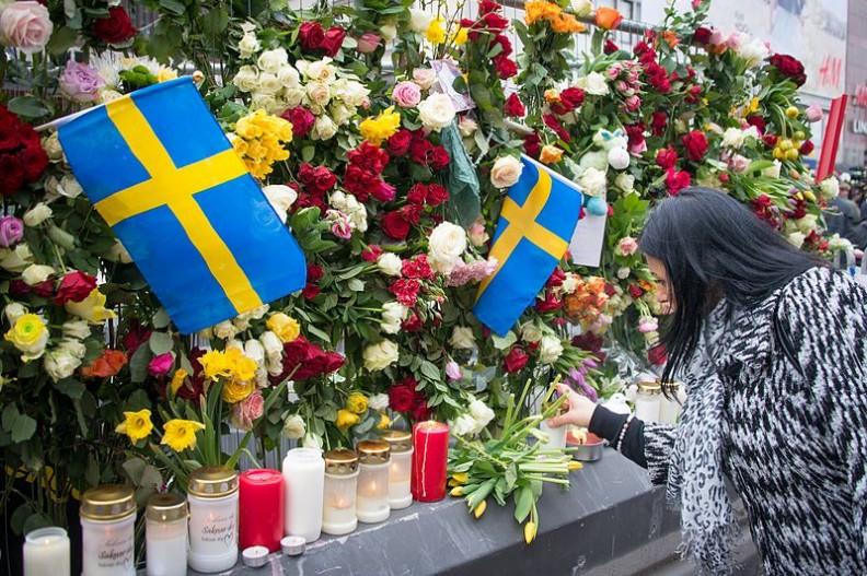 Kwiaty i znicze składane dzień po ataku terrorystycznym w Sztokholmie, w kwietniu 2017 roku.  Fot.:Frankie Fouganthin/4.0 International/Wikimedia Commons