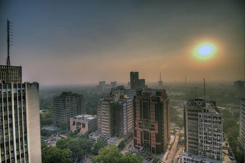 Smog wiszący nad miastem Delhi.   Fot.:wili hybrid/2.0 Generic/Wikimedia commons