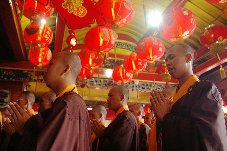 Buddyjscy mnisi podczas święta Wesak.    Fot.:Hermitianta Prasetya Putra/2.0 Generic/Wikimedia Commons