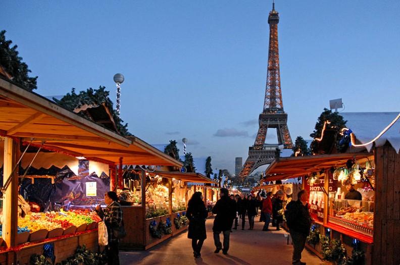 Świąteczny jarmark w Paryżu co roku odwiedziało około 15 milionów osób.     Fot.: Jean-Pierre Dalbéra/2.0 Generic/Wikimedia commons