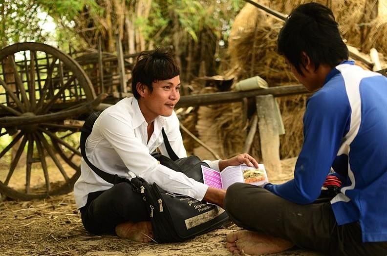 Wolontariuszka w ramach profilaktyki HIV w Kambodży przedstawia zagrożenia płynące z brania narkotyków.    Fot.:Ryan Libre/AusAID/2.0/Wikimedia commons