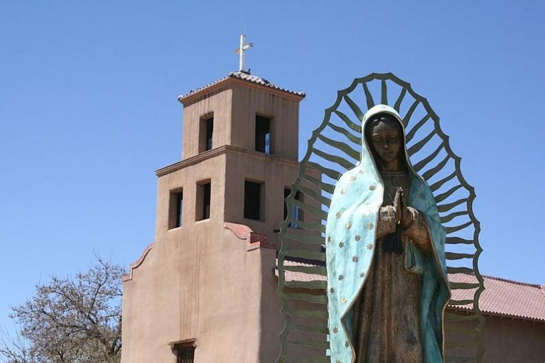 Figura Matki Bożej przed kościołem Matki Bożej z Guadalupe.     Fot.: Artotem/2.0/Wikimedia commons