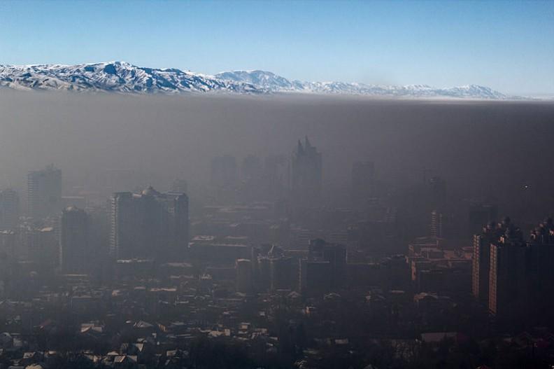 Smog nad miastem Ałamaty w Kazachstanie.    Fot.:Igors Jefimovs/30/Wikimedia commons