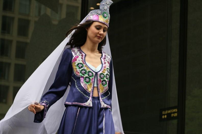 Turecka kobieta w tradycyjnym stroju ottomańskim. Fot.: quinn.ayna/ CC-BY-SA-2.0