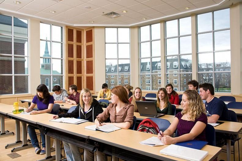 Używanie komórek przez uczniów w trakcie lekcji osłabia ich zdolność koncetracji oraz efektywność nauki.   Fot.: StFX/CC-BY-SA-2.0-CA