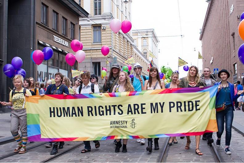 Pochód przypominający o konieczności respektowania Praw Człowieka na świecie.   Fot.:  Amnesty Finland/2.0/Wikimedia commons
